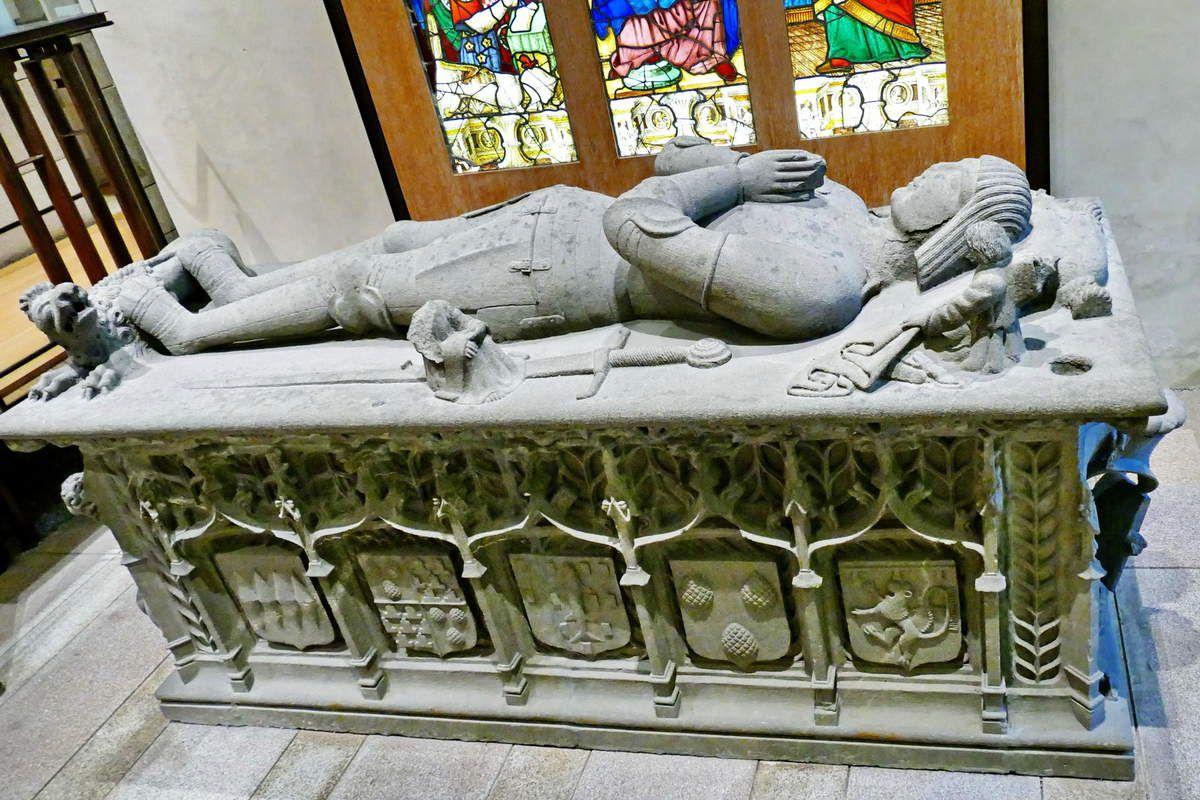 Le gisant de Trolus de Mondragon au Muse Dpartemental