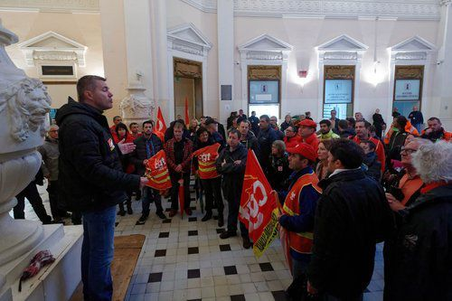 Une cinquantaine de militants CGT s'est rassemblée dans le hall du Palais de justice de Toulon, avant-hier matin.Dominique Lerichevant-