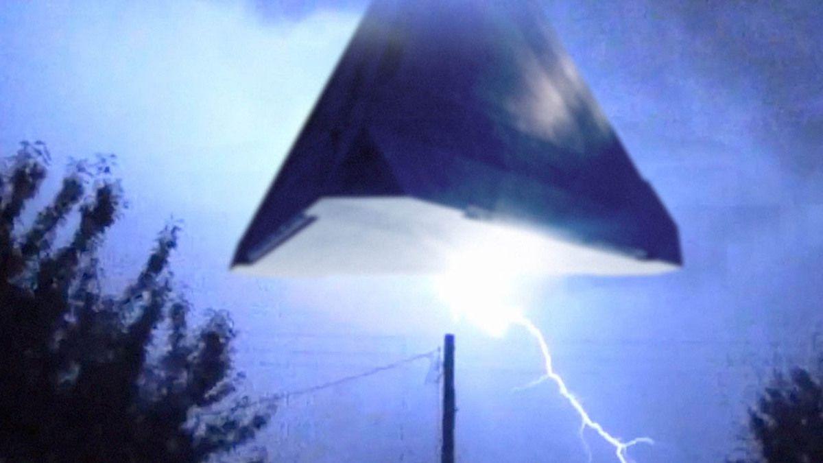 Huge UFO in lightning storm over NEBRASKA !!! May 2016