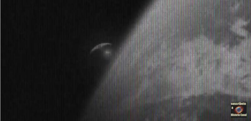 Un immense vaisseau largue une sphère sur la Terre...!