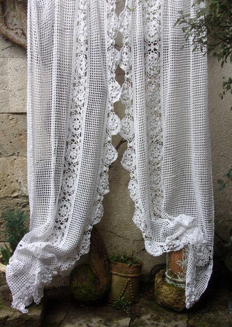une paire de grands rideaux anciens ou