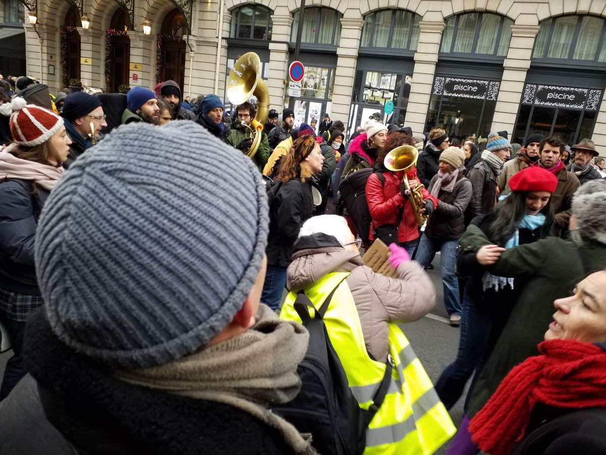 Banderoles, fanfare, clowns, jeune ramassant objets et papiers (a commencé seul lors de la manifestation sur le climart, ils étaient quinze à la finde la manif)