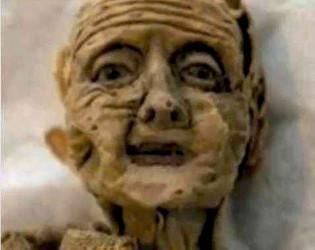 Une vieillle poupée aux allures d'une momie