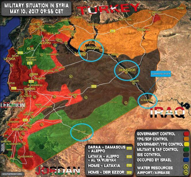 Situation militaire en Syrie au 11/05/2017. En rouge : les forces gouvernementales ; en vert : les rebelles ; en jaune : les FDS ; en noir : l'EI. Les cercles bleus indiquent les zones stratégiques disputées pour le contrôle de l'Est syrien. SouthFront, modifiée.