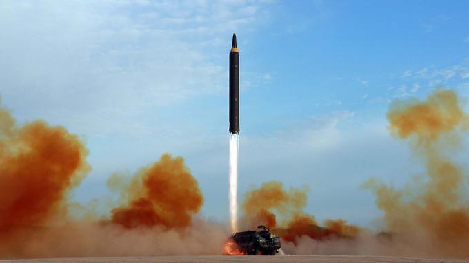 Tir d'un missile balistique nord-coréen Hwasong-12. STR/AFP