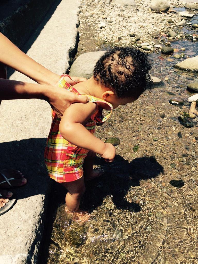 Kilou les pieds dans l'eau