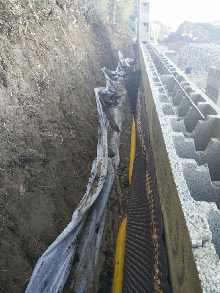 Drainage Du Mur De Soutnement Avec Drains Et Galets