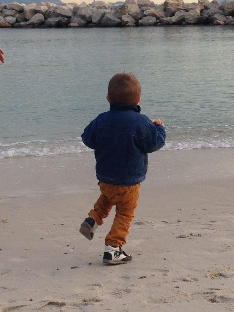 Lucas sur une plage à Marseille