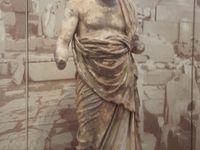 Omphale entre 2 masques mortuaires (Agammnon les yeux fermés), 2 boxeurs, 2 Kouroi, Aurige, Socrate, urne  pour décision d'ostracisme, Sphynge.