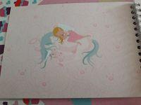 1/ couverture plastifiée 2/ thème licorne et fée utilisée sur une page puis 3/ photo avec en fond un arrière plan ours 4/ un fond blanc mais une petite arabesque 5/Une fée du thème fée et licorne pour agrémenter une des pages de l'album 6/ Une photo pleine page 7/de nouveau avec fond rose