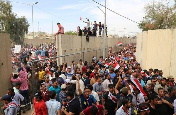 Des centaines de milliers de manifestants s'engouffrent par une brèche pratiquée dans le mur de béton protégeant la Zone verte