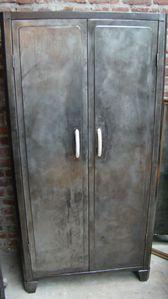 armoire 2 portes en metal brosse rangements dans les portes dsc04985