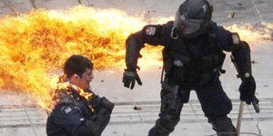 1484364_3_79d6_un-policier-s-enflamme-a-athenes-pendant-la.jpg