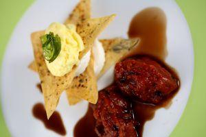 ziegenkäse mit strudelblättern, tomatenkompott & oliveneis - teller