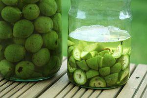 likör aus grünen nüssen & schwarze nüsse