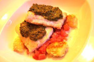 fraunds restaurant - heilbutt mit grüner marsalakruste kokosgnocchi, ananas, rotes-zwiebel-relish
