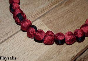 détail collier rouge et noir