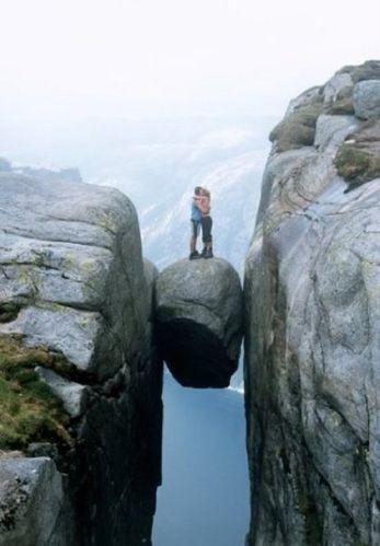 Couple rocher entre 2 montagnes