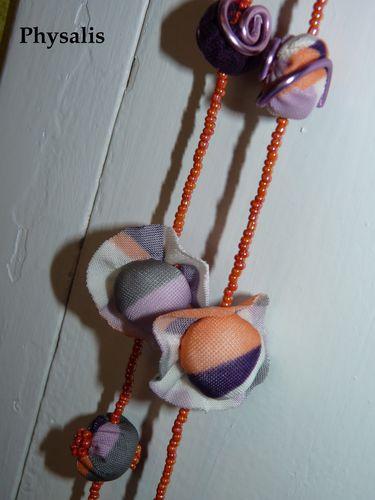 détail collier orange violet 2