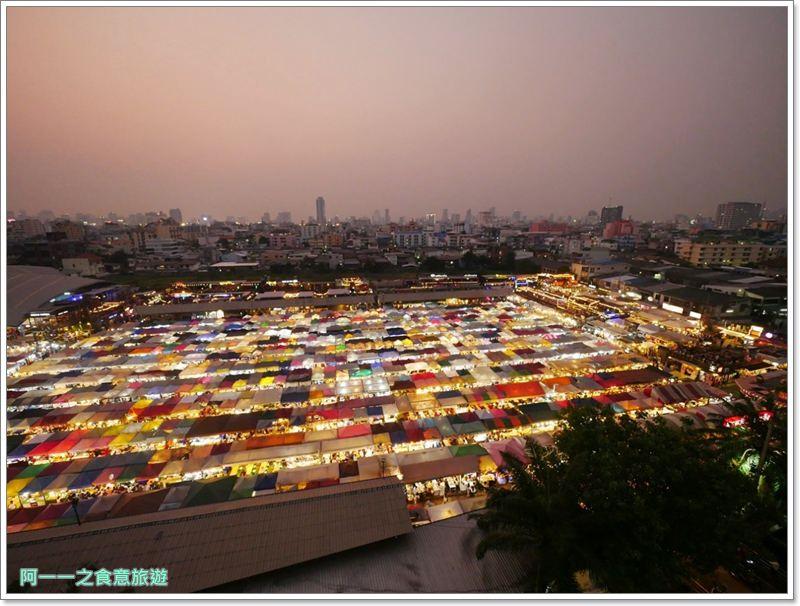 曼谷自由行 拉差達火車夜市 Ratchada Train Night Market 網紅正妹水果冰沙~帳棚組成的奇幻夜景 - 阿一一之食意旅遊