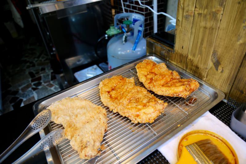 [臺南]成大雞排推薦 育樂街銅板美食 彩色雞排IG打卡點 雞排本色成功店