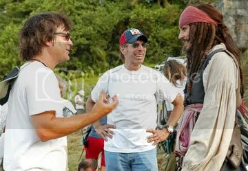 Gore Verbinski com o produtor Jerry Bruckheimer e Johnny Depp no set de Piratas das Caraibas