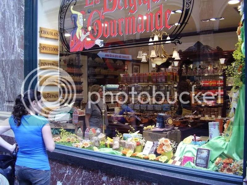 Ale mirando una tienda de chocolates