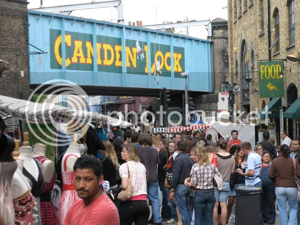Camden Lock. El dedo señala el puesto de hmaburguesas veganas.