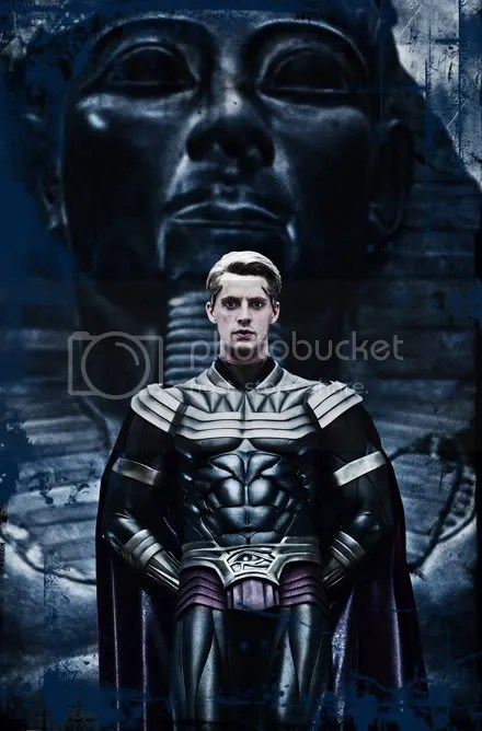 Ozymandias is the smartest guy in the world but caqn't realise he looks like a tit with that fake six-pack?