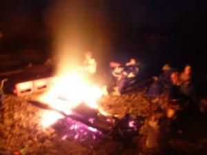 たき火を囲む