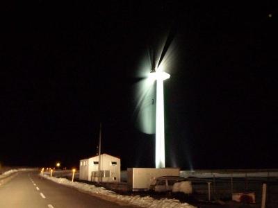 夜の風車(風力発電)