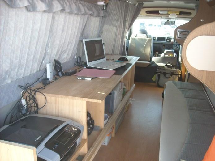 キャンピングカーを改造した移動事務所(モバイルオフィス)
