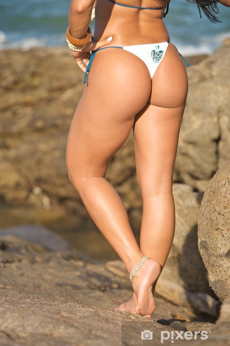 Fototapete Mdchen das mit StringBikini langen Beine am Strand  Pixers  Wir leben um zu