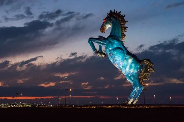 Blue Mustang, popularmente conocido como'Blucifer' por: Luis Jiménez.-