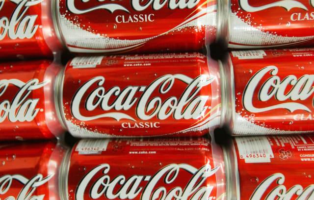 """Coca Cola es sin duda una de las marcas más importantes en el mundo, siendo esta una empresa con una trayectoria impecable, su logo a pesar de la sencillez representa un producto único reconocido a nivel mundial. Este fue creado por el bibliotecario Frank Mason Robinson en 1885, quien pensó que dos letras """"C"""" se verían atractivas en cualquier anuncio; él nombró la marca y le agregó la fuente cursiva más utilizada en aquella época en Estados Unidos. De hecho, el primer diseño ha tenido muy pocas modificaciones a lo largo de su historia. Coca-Cola se encuentra en más de 200 países en el mundo y es casi un hecho que todas las personas reconocen a distancia su logotipo."""
