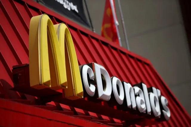 """La """"M"""" de McDonald's es sin duda un icono mundial, su historia empezó en 1962 cuando Jim Schindler, inspirándose en los arcos que tenían los primeros establecimientos, usó este logo en todos sus restaurantes. Esta gran """"M"""", tanto por su color como por su forma, tiene gran significado: en primer lugar, incentiva el hambre y representa un lugar seguro y de absoluta confianza. Además, la tonalidad dorada funciona para los inversionistas quienes ven en esta marca de fast food una opción rentable para tener un negocio. Este logo es conocido como """"Los Arcos Dorados""""."""