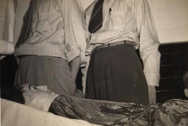 Poco después del descubrimiento del cadáver de Elena por las autoridades, el cuerpo fue examinado por médicos y patólogos, y fue fotografiado y puesto a la vista pública en la funeraria Dean-López, en donde fue visto por más de 6800 personas. Finalmente el cuerpo de Hoyos fue regresado al cementerio de Cayo Hueso, donde permanece en una sepultura incógnita, en una locación secreta a fin de evitar posteriores profanaciones.