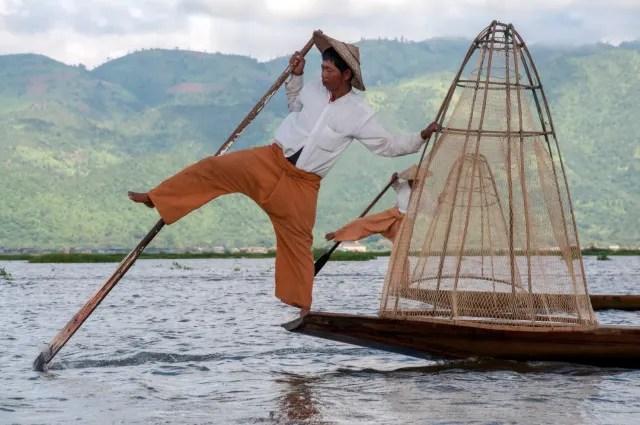 Los pescadores que trabajan en el lago Inle se han vuelto famosos por su particular forma de pescar: lo hacen en una sola pierna. Mientras que con una mantienen el equilibrio con la otra van remando por el lago. Esto les permite también estar parados y observar lo que queda atrapado en la red.