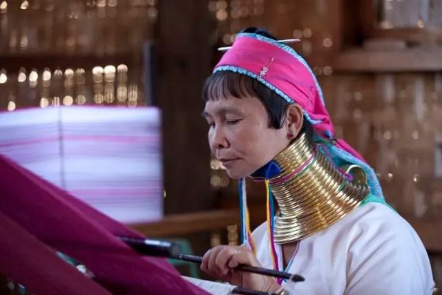 En Myanmar viven las bastante conocidas mujeres de la tribu Kayan Lahwi debido a las torres de aros metalizados que rodean sus cuellos, estirándolos más cada vez que se colocan uno nuevo. En realidad, son sus hombros los que se van aplastando, no sus cuellos los que crecen.