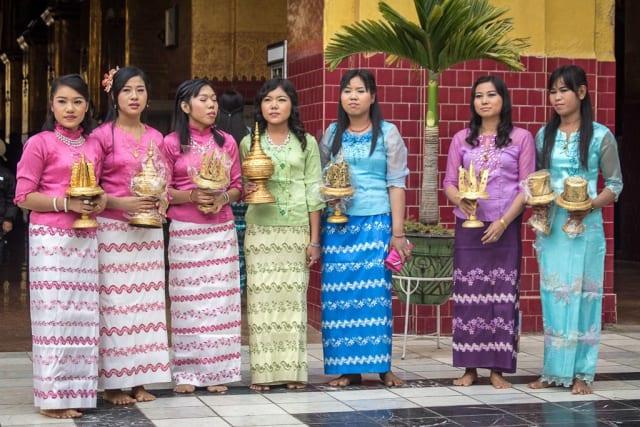 Una de las prendas más usadas por hombres y mujeres en Myanmar es el longyi, una tela que se enrolla en forma de falda: los hombres lo amarran por delante y las mujeres lo ajustan y lo atan por detrás.