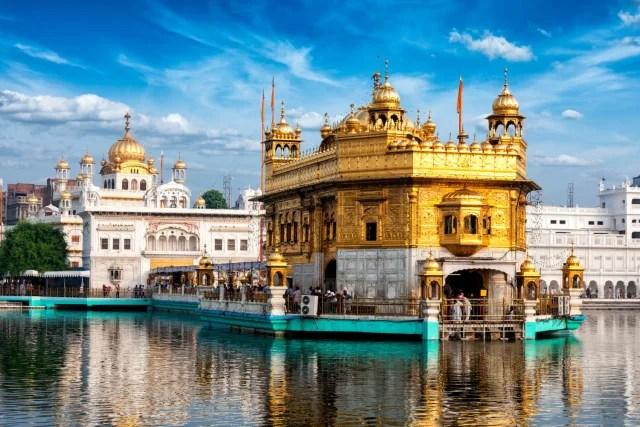 "El lago se llama ""Amritsar"", que significa ""piscina de néctar""."
