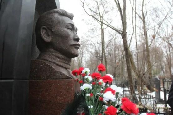 Алексей Кулаковский умер в декабре 1925 года по пути на I тюркологический съезд в Баку. Он был похоронен на Даниловском кладбище. Спустя год Максим Аммосов подписал указ об установке на могиле Кулаковского в Москве памятника. Но это было сделано лишь спустя 65 лет.