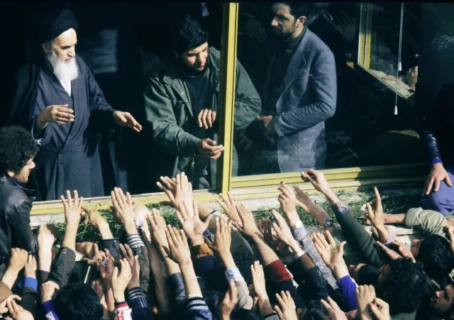 Los iraníes dan la bienvenida al ayatolá Jomeini en Teherán (2 de febrero de 1979).