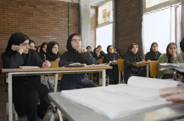 Después de la revolución se implementó una educación segregada para niños y niñas. La nueva asignatura principal fue el Islam.