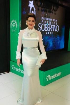 vestido: @elisamorato Estilismo: @magalifebles1 Accesorios: @rosasdecristal Cartera: @piubymisura