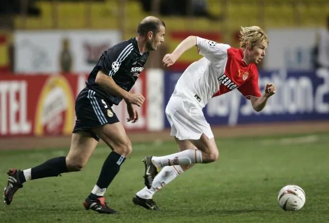 Pense no Real Madrid dos galácticos Zidane, Ronaldo, Figo e Beckham em 2004. Pois bem. O responsável por tirar esse estrelado time da Liga dos Campeões foi o Monaco dePlasil, Morientes, Giuly e Evra, com direito a virada nas quartas de final. Derrotado por 4 a 2 em Madri, o time finalista daquela edição venceu por 3 a 1 em casa e avançou por conta dos gols marcados fora. (Foto: Shaun Botterill/Getty Images)