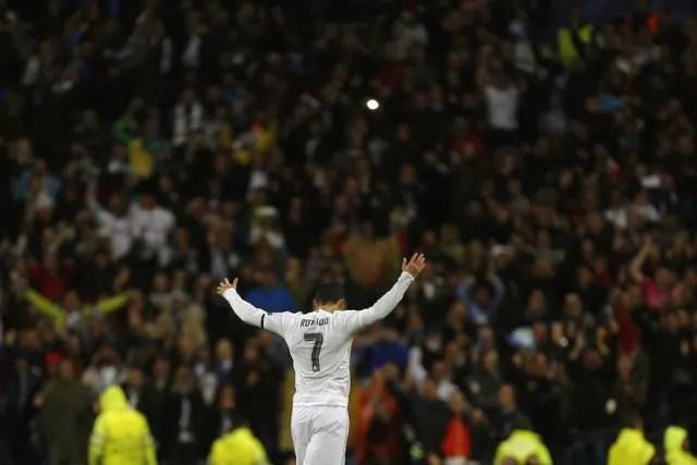 A primeira das três Champions conquistadas por Zidane à frente do Real Madrid passa por aquele duelo pelas quartas de final. Afinal, a derrota por 2 a 0 na ida, na Alemanha, pressionava Cristiano Ronaldo e companhia. Um gol contra obrigaria os merengues a fazer quatro. Liderado pelo melhor do mundo naquele ano, o Real venceu por 3 a 0 e deu mais um passo rumo ao título. (Foto: AP)