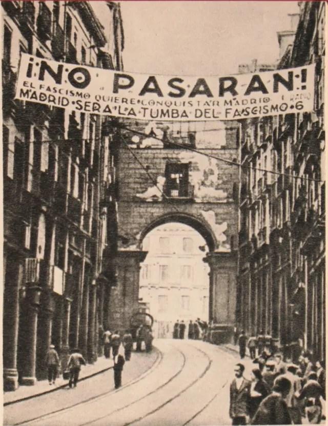 El mítico cartel de 'No pasarán' en Madrid, durante la Guerra Civil Española
