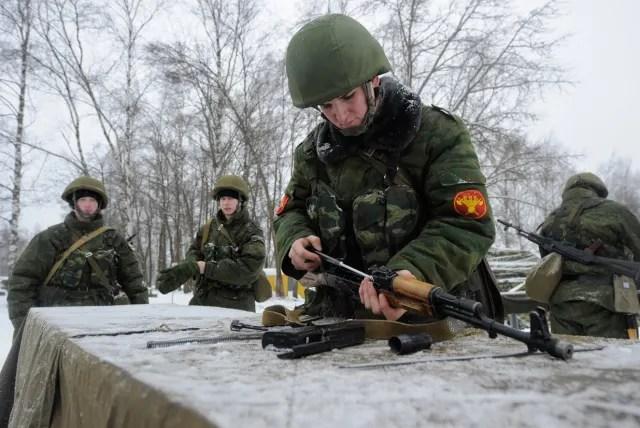 Un soldado ruso ensambla un fusil de asalto Kalashnikov AKM.