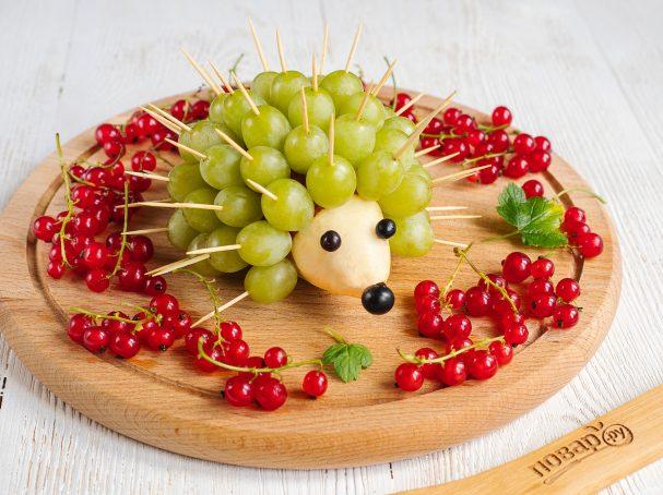 Ежик из винограда и груши